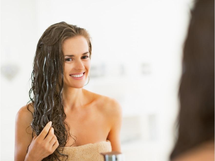 Kobieta nakładająca maseczkę na włosy