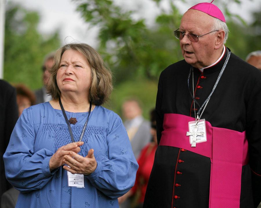 Janina Goss i arcybiskup Władysław Ziółek podczas odsłonięcia w Łodzi pomnika poświęconego Polakom ratującym Żydów