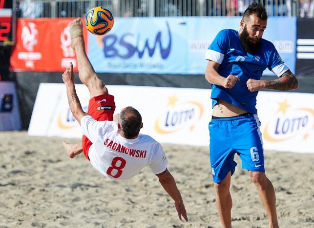 Na bramkę rywali strzela gracz reprezentacji Polski Bogusław Saganowski (L) obok Greka Konstantinosa Papastathopulosa (P) w meczu turnieju Europejskiej Ligi Beach Soccera w Sopocie