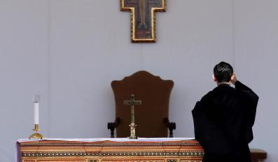 Ołtarz w kilinice Gemelli przygotowany na wizytę papieża