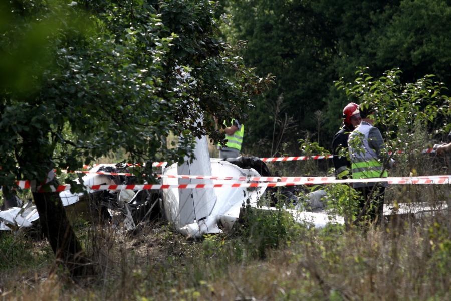 Wrak maszyny na miejscu katastrofy samolotu ze skoczkami spadochronowymi w pobliżu Topolowa