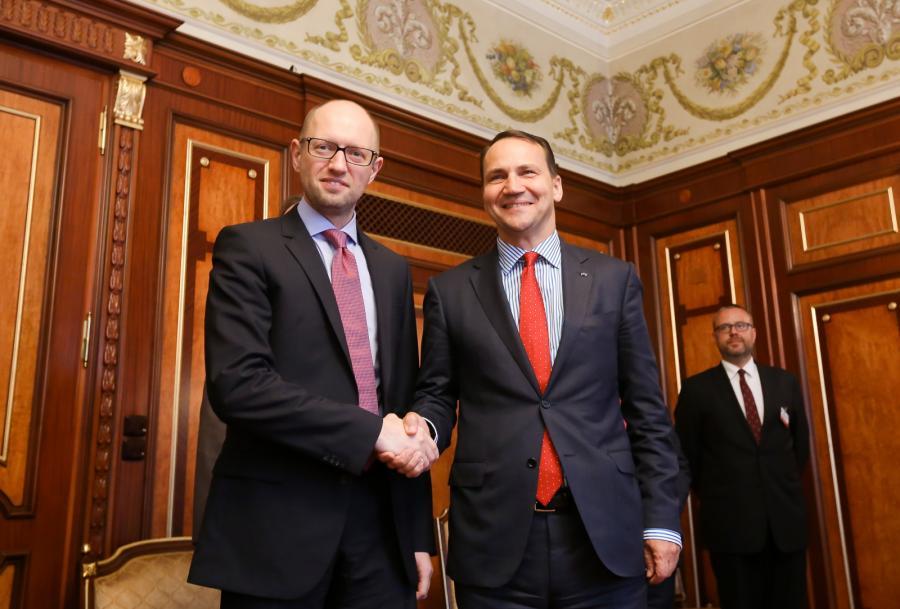 Minister spraw zagranicznych Radosław Sikorski oraz premier Ukrainy Arsenij Jaceniuk podczas spotkania w Kijowie