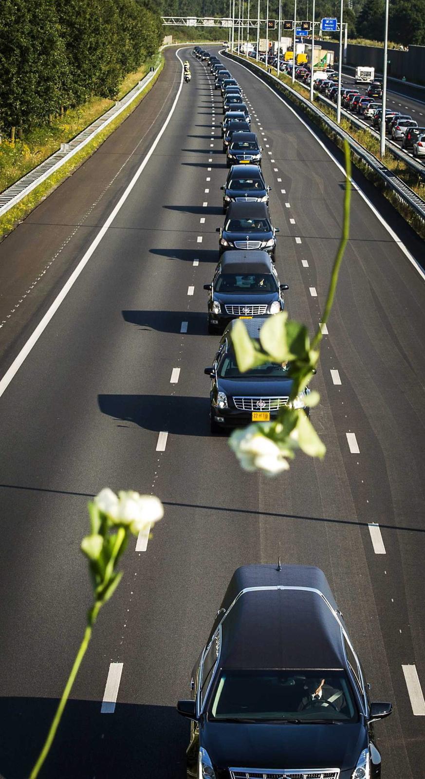 Trumny z ciałami ofiar lotu MH17