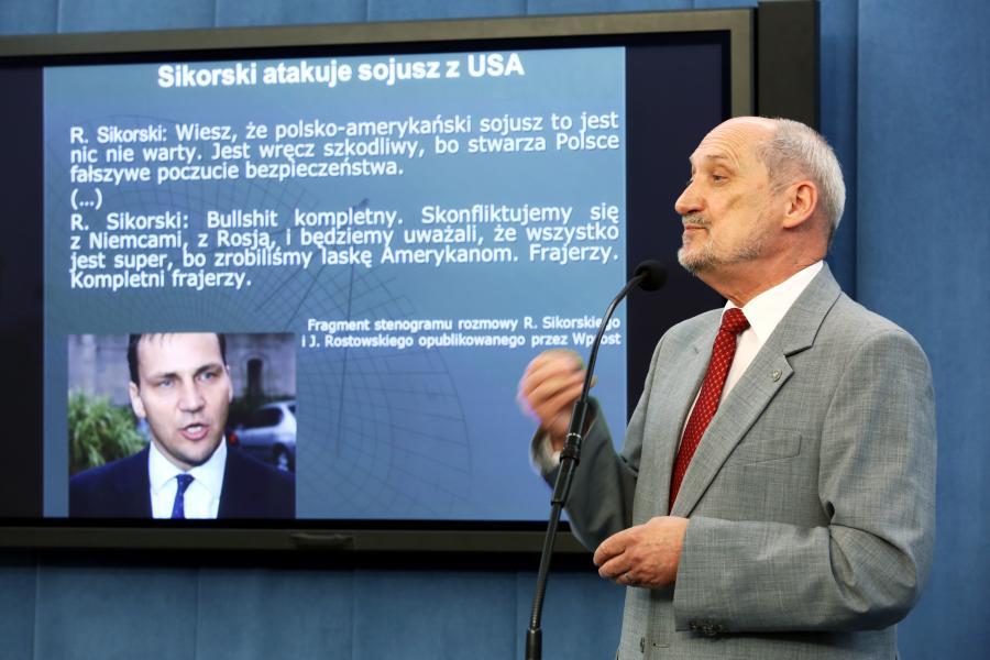 Antoni Macierewicz na konferencji