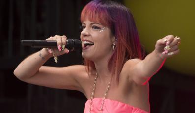Lily Allen podczas występu na Glastonbury 2014