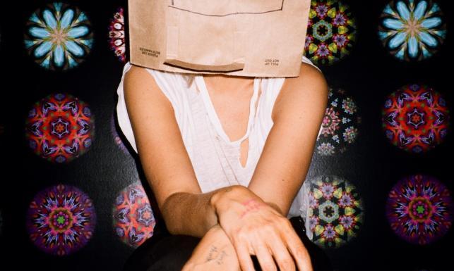 Sia pisała hity dla największych, dziś sama jest gwiazdą w... torbie na głowie [ZDJĘCIA]