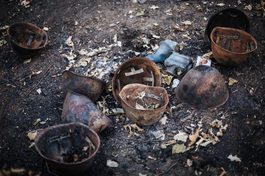 Spalone hełmy na stanowisku ukraińskiej armii