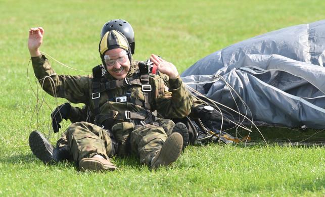 Ambasador USA skoczył na spadochronie