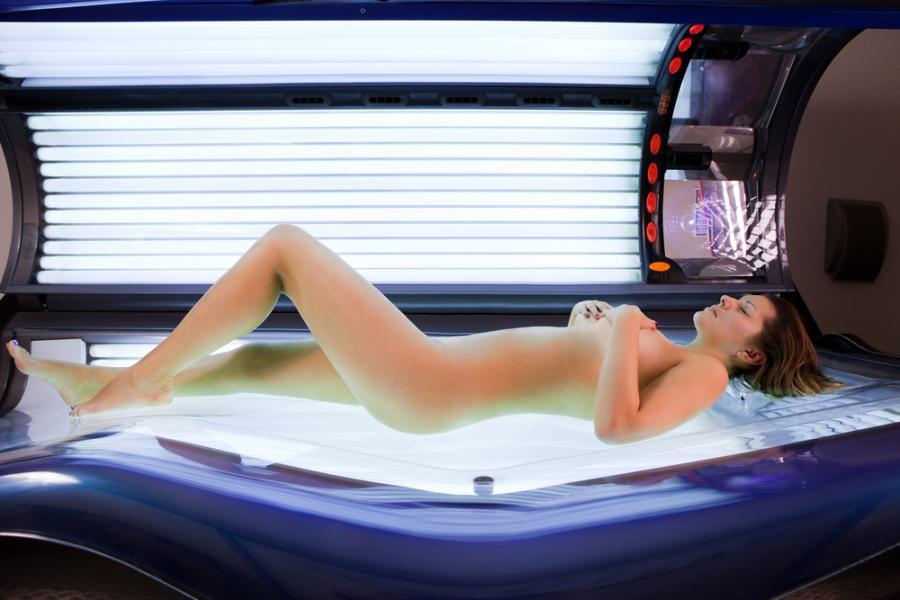 Kobieta w solarium