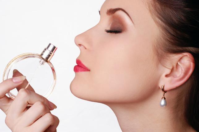 Kobieta wąchająca perfumy
