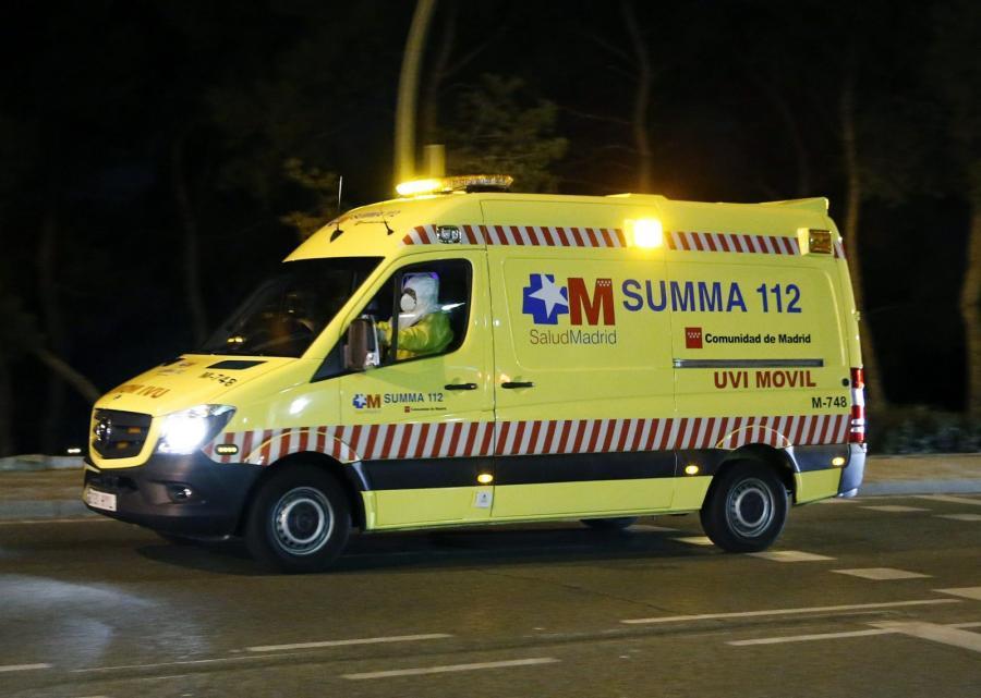 Ambulans przewożący chorą pielęgniarkę