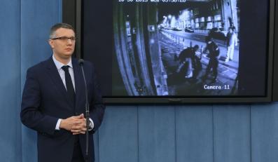 Poseł Przemysław Wipler prezentuje w Sejmie nagranie z monitoringu, na którym pod wpływem alkoholu został zatrzymany przez policję
