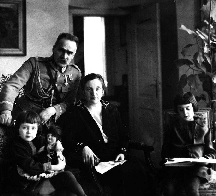 Marszałek Józef Piłsudski z żoną Aleksandrą i córkami Wandą oraz Jadwigą (z lewej) w Belwederze