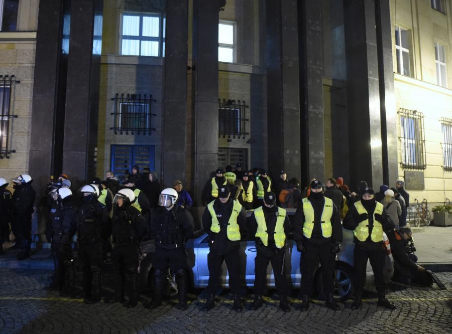 Oddział policji wkracza do Państwowej Komisji Wyborczej