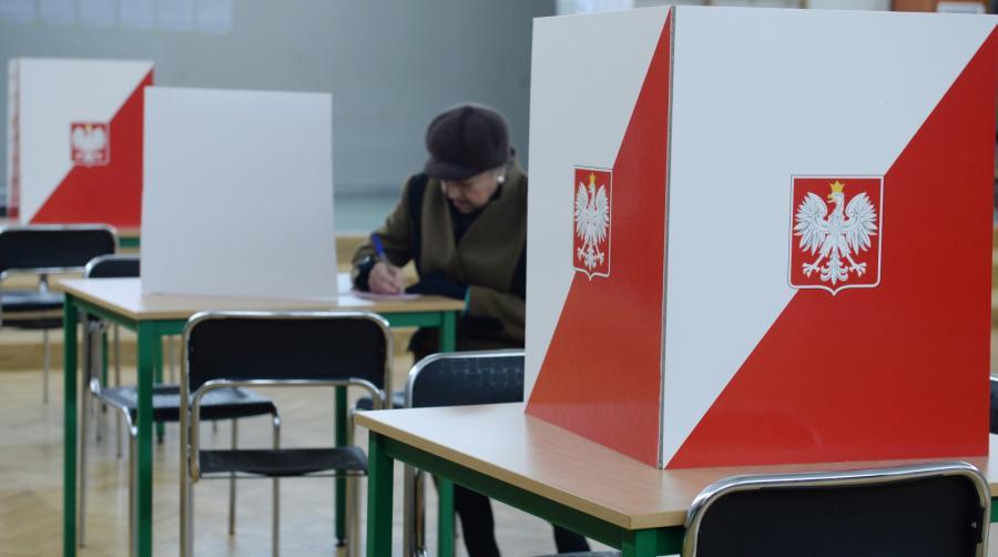 Głosowanie w obwodowej komisji wyborczej nr 572 w Watszawie