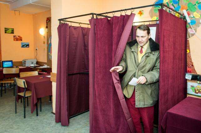Marszałek Sejmu Radosław Sikorski głosuje w lokalu wyborczym w świetlicy wiejskiej w Samoklęskach Dużych k. Bydgoszczy