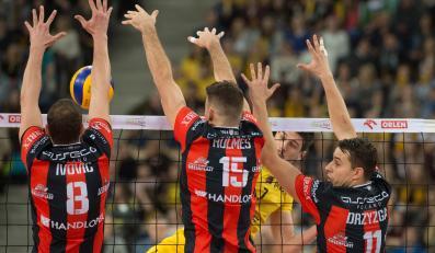 Piłkę zbija atakujący po drugiej stronie siatki Facundo Conte, skutecznie blikują - od lewej: Marko Ivovic, Russell Holmes i Fabian Drzyzga z Asseco Resovii Rzeszów