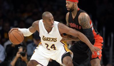 Kobe Bryant (w białym stroju)