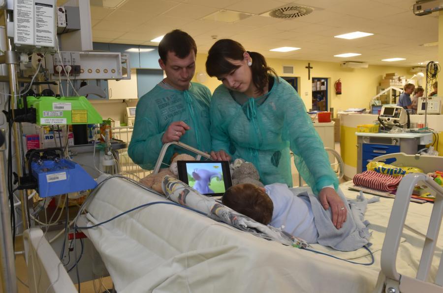 Rodzice Adasia wraz z chłopcem w szpitalu