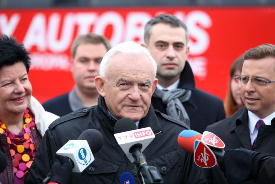 Przewodniczący SLD Leszek Miller (C), europoseł SLD Joanna Senyszyn (L), rzecznik partii Dariusz Joński (P) i szef sztabu koalicji SLD-UP w majowych eurowyborach Krzysztof Gawkowski (2P)