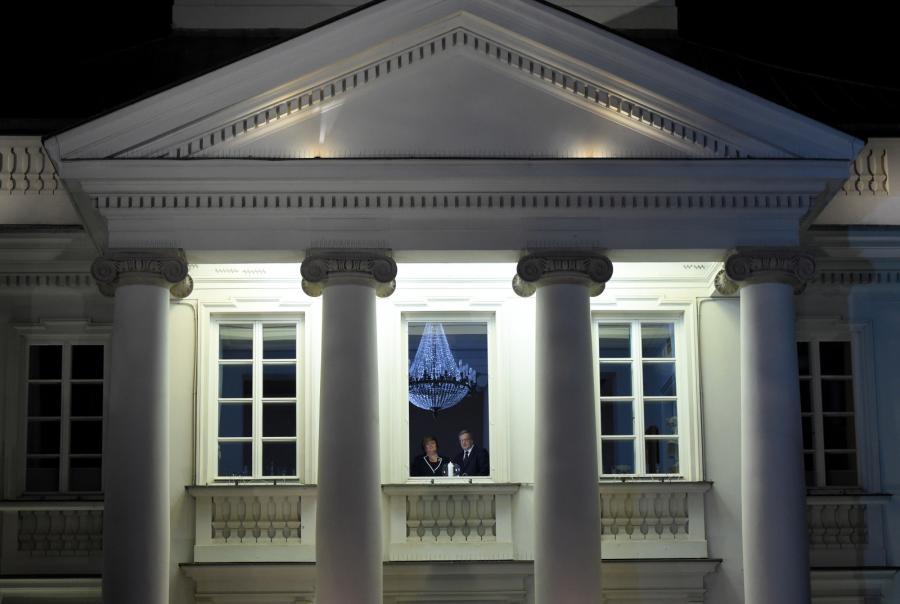 Prezydent Bronisław Komorowski wraz z małżonką Anną zapalili w oknie Belwederu symboliczną świecę, będącą wyrazem pamięci o ofiarach stanu wojennego