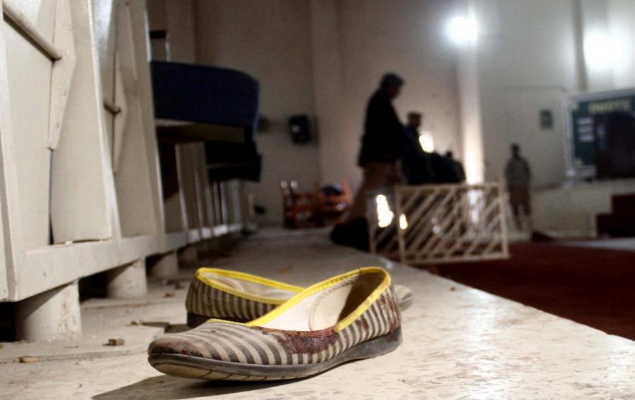 Dziecięcy bucik jedngo z uczniów, którzy zginęli w ataku