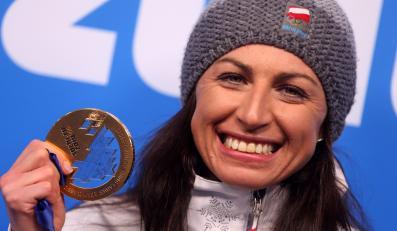 Zimowe Igrzyska Olimpijskie - Soczi 2014 - Justyna Kowalczyk podczas ceremonii dekoracji medalistek biegu na 10 km techniką klasyczą. Polka zdobyła złoty medal