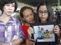 Rodziny pasażerów zaginionego airbusa koczują na lotnisku. Czekają na wieści o samolocie