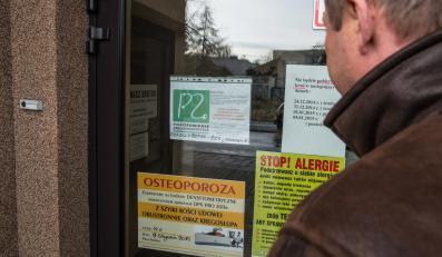 Pacjent przed zamkniętą przychodnią lekarską