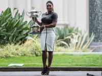 Serena Williams piękna jak nigdy. Tak pozowała z trofeum Australian Open. ZDJĘCIA