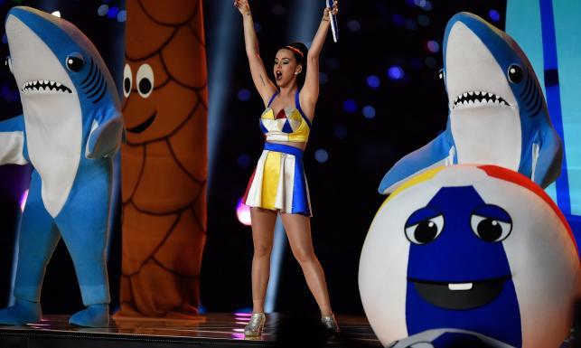 Takiego show jeszcze nie było! Katy Perry i śpiewające rekiny na Super Bowl [ZDJĘCIA]
