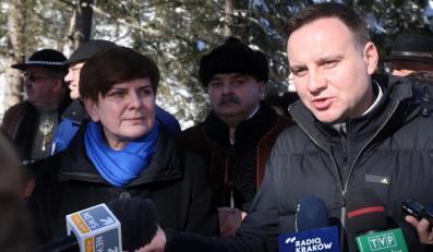 Kandydat Prawa i Sprawiedliwości na prezydenta RP, europoseł Andrzej Duda oraz wiceprezes PiS Beata Szydło