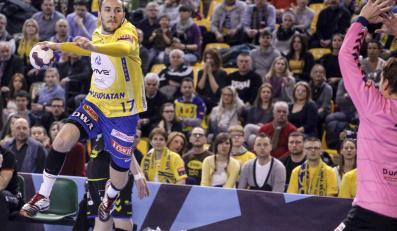 Zawodnik Vive Tauron Kielce Manuel Strlek (L) rzuca na bramkę Wiliama Annotela (P) z Dunkerque HB Grand Littoral podczas meczu grupy D Ligi Mistrzów piłkarzy ręcznych