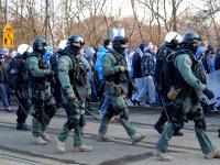 Uzbrojeni po zęby policjanci eskortują kibiców Lecha na mecz z Pogonią. ZDJĘCIA