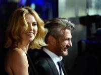 """Sean Penn i Charlize Theron zakochani na premierze """"The Gunman: Odkupienie"""" [ZDJĘCIA]"""