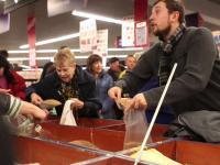 Panika w sklepach na Ukrainie. Takich kolejek nie było od lat. ZDJĘCIA