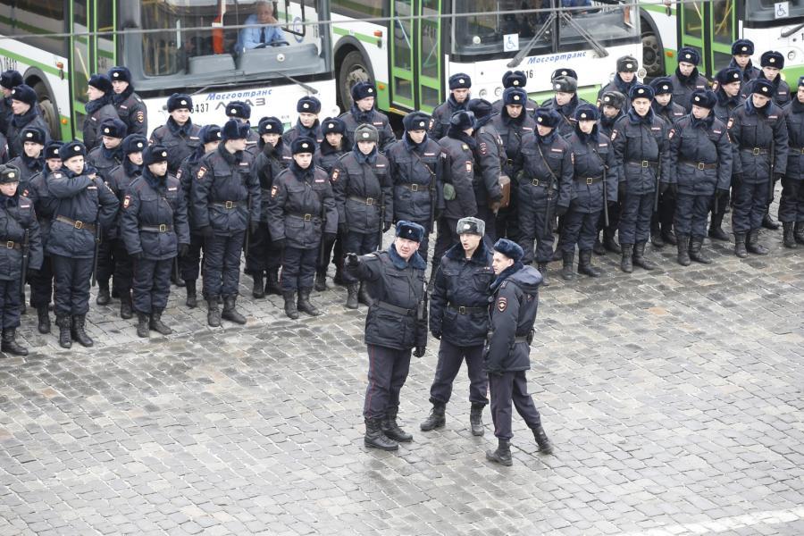 Moskiewska policja na marszu pamięci Borysa Niemcowa