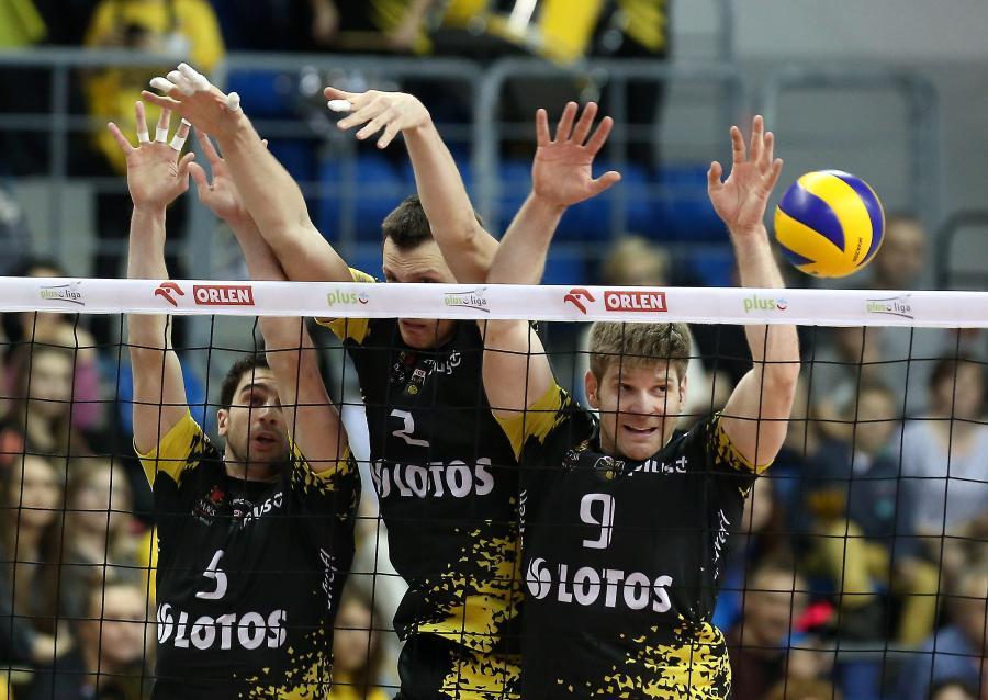 Siatkarze Lotosu Trefl Gdańsk (od lewej): Marco Falaschi, Wojciech Grzyb i Sebastian Schwarz, blokują podczas meczu 1. meczu półfinałowego Ekstraklasy z PGE Skrą Bełchatów