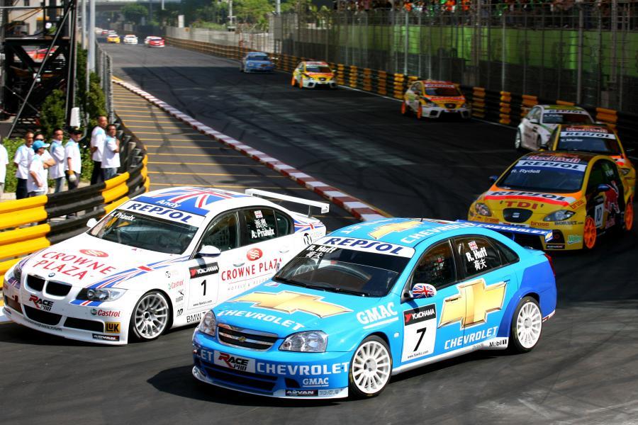 W drugim wyścigu najwięcej szczęścia z trójki Chevroleta miał Robert Huff, który jako pierwszy przeciął metę. Tym samym dał dublet dla błękitnej marki na ulicach Makao. Podium uzupełnili Yvan Muller (Seat) i Andy Priaulx (BMW)