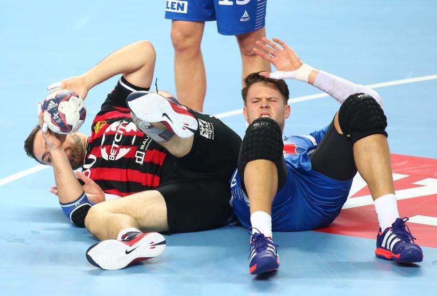 Po starciu leżą na parkiecie atakujący Mikhail Chipurin (L) z HC Vardar i blokujący Kamil Syprzak (P) z miejscowej Orlen Wisły w pierwszym meczu 1/8 finału Ligi Mistrzów piłkarzy ręcznych, rozegranym w Płocku