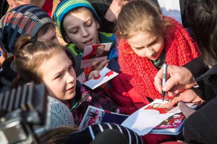 Dzieci na wiecu wyborczym prezydenta