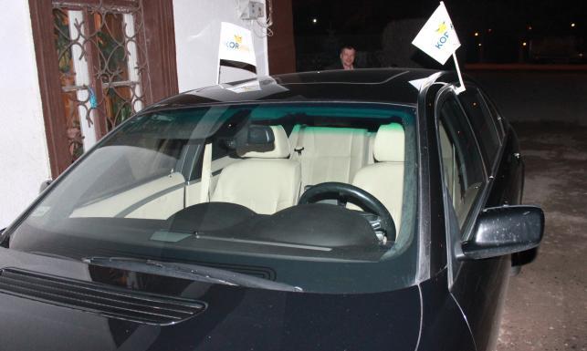 Janusz Korwin-Mikke zadaje szyku w największej limuzynie BMW. Zobacz ZDJĘCIA