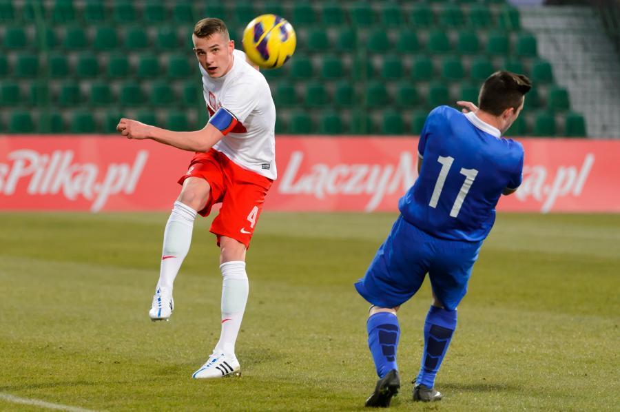 Gracz reprezentacji Polski Ernest Dzięcioł (L) i Grek Kostas Kirtzialidis (P) podczas meczu obu drużyn narodowych w Grodzisku Wlkp., 23 bm. w eliminacyjnym turnieju do piłkarskich mistrzostw Europy U-17