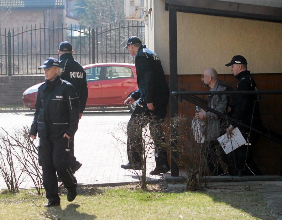 Oskarżony o pedofilię były ksiądz Wojciech G. w eskorcie policji wychodzi z sądu w Wołominie