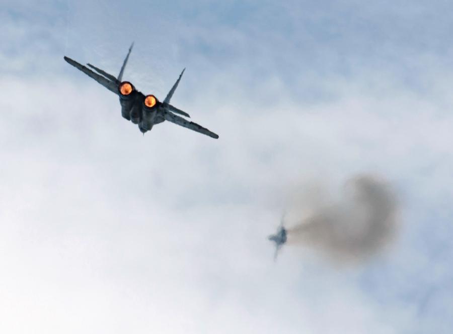 Dwa myśliwce w powietrzu. Jeden z nich to MiG-29