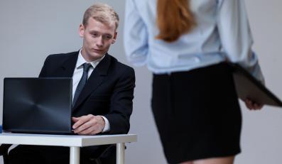 """""""Niewinne"""" teksty faceta szefa, które kobieta uważa za molestowanie"""