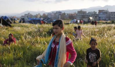 Dzieci w okolicach lotniska w Katmandu