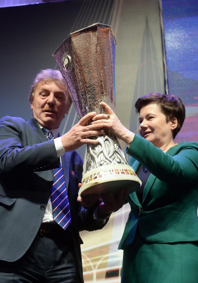 Trofeum Ligi Europy w rękach prezydent Warszawy Hanny Gronkiewicz-Waltz