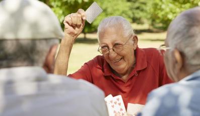 Starsi mężczyźni grają w karty
