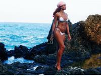 Znów odsłania swoje zgrabne ciało. Rihanna w wyjątkowo skąpym bikini [ZDJĘCIA]